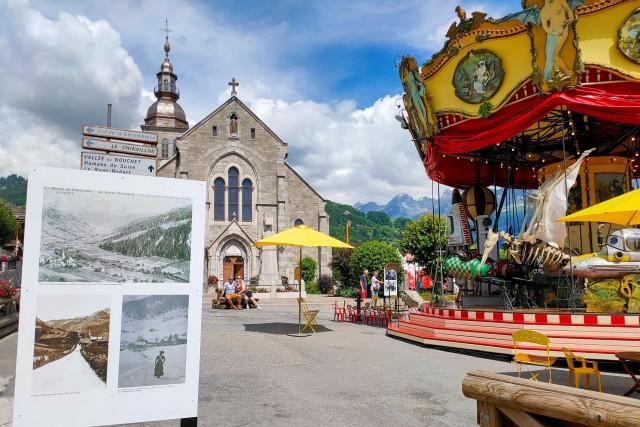 Exposition photo sur la place du Village au Grand-Bornand